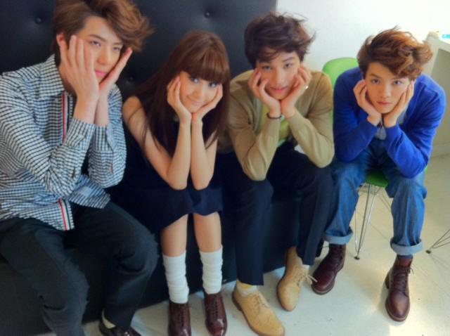 Waktu photoshoot W Live, YoonHun sebelahan ><